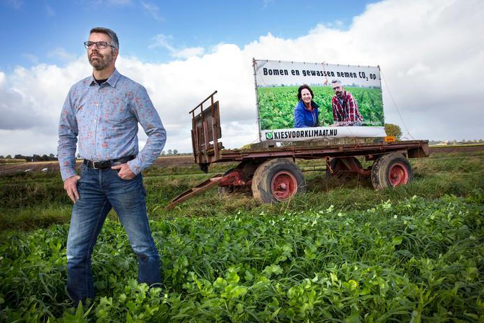Dingeman Burgers uit Zevenbergschen Hoek ploegt zijn gewassen in het voorjaar weer onder de grond.