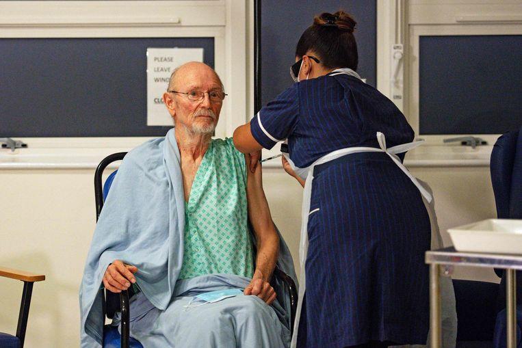De 81-jarige William Shakespeare kreeg vandaag een coronavaccin toegediend. Beeld AFP