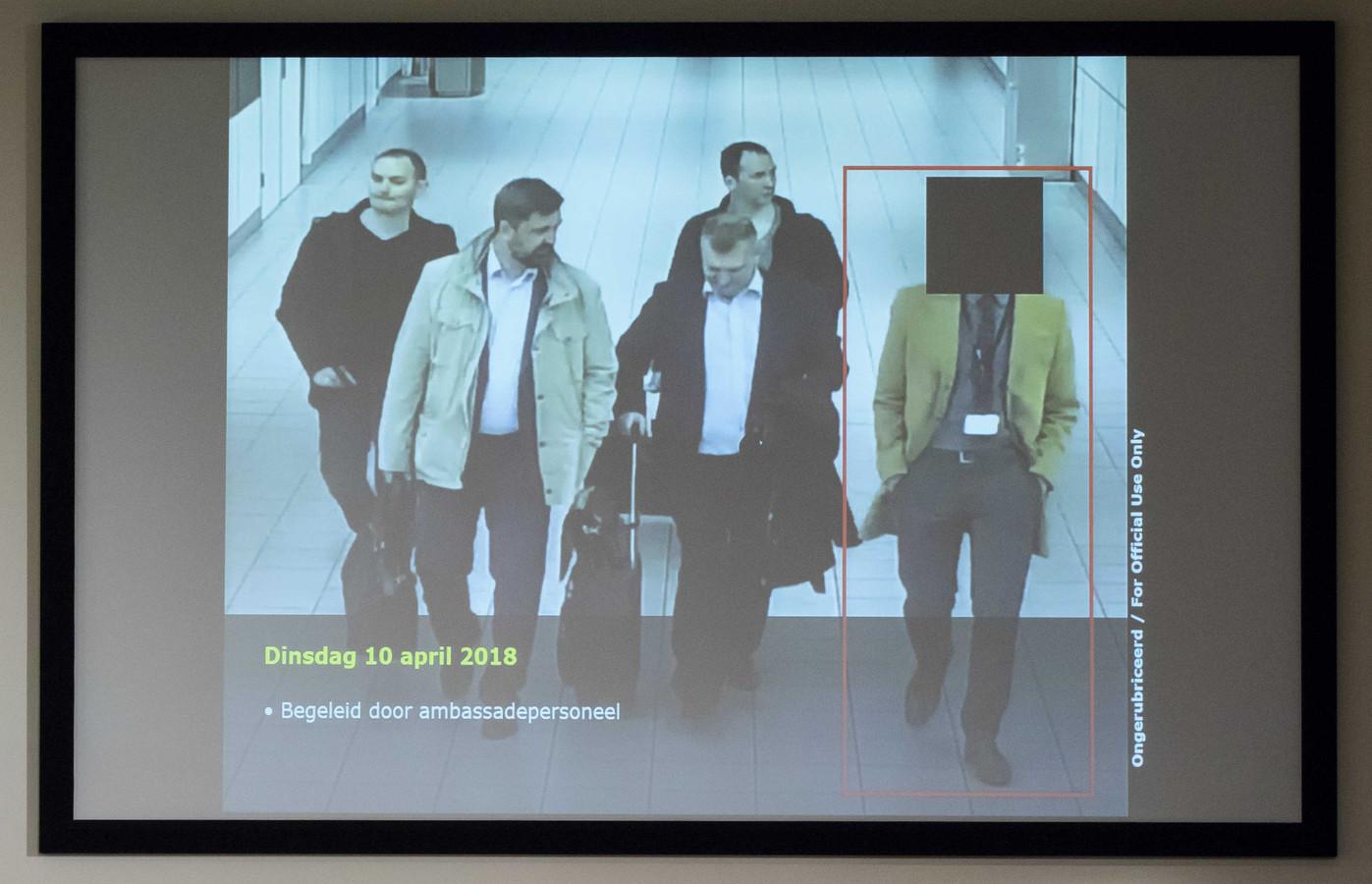Een foto van de vier Russische officieren op Schiphol op een beamer, tijdens de persconferentie op het Nederlandse Ministerie van Defensie.