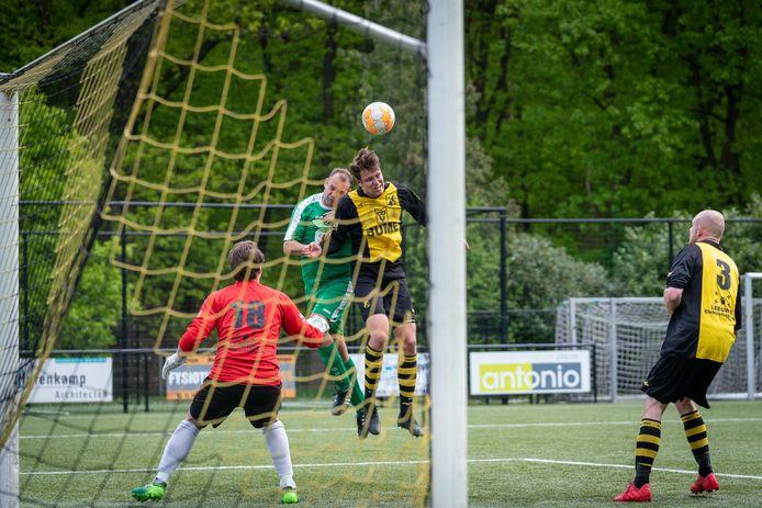 Bij VVO (hier op archiefbeeld onder druk tegen MASV) zat de schrik er na het eerste officiële duel van dit seizoen goed in toen doelman Max Jansen buiten bewustzijn raakte. Hij maakte het inmiddels goed.