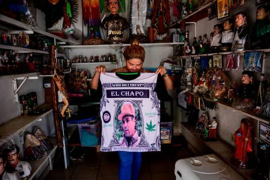 In Mexico geniet El Chapo een cultstatus. T-shirts met zijn afbeeldingen zijn deze dagen populair. Veel Mexicanen zijn ervan overtuigd dat zijn veroordeling in de verenigde Staten hun land geen haar veiliger maakt en dat de drugshandel gewoon doorgaat.