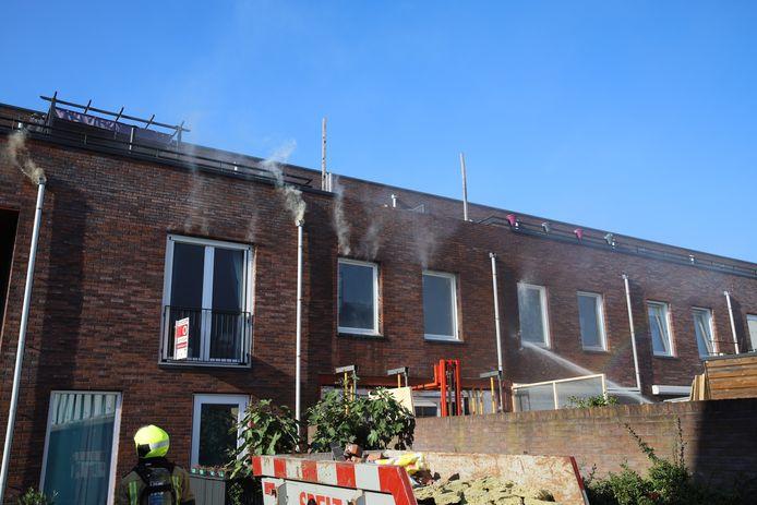 In de Bogotástraat in Den Haag is vanmiddag brand uitgebroken in een spouwmuur.
