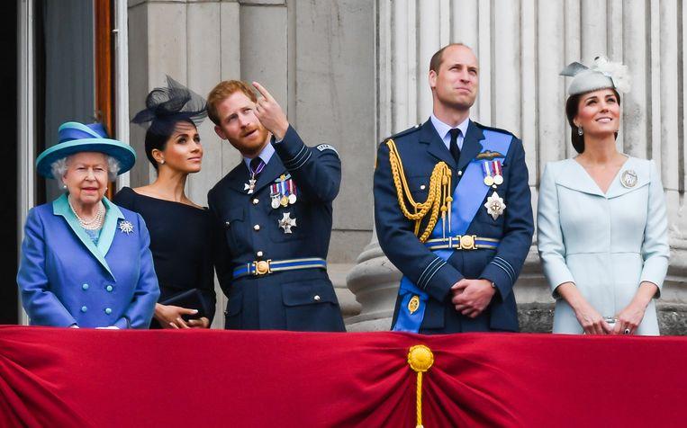 De Britse koninklijke familie nog verenigd, in 2018, op het balkon van Buckingham Palace:  van links af koningin Elizabeth ll, Meghan, hertogin van Sussex, prins Harry, hertog van Sussex, prins William, hertog van Cambridge and Catherine (Kate), hertogin van Cambridge.  Beeld WireImage