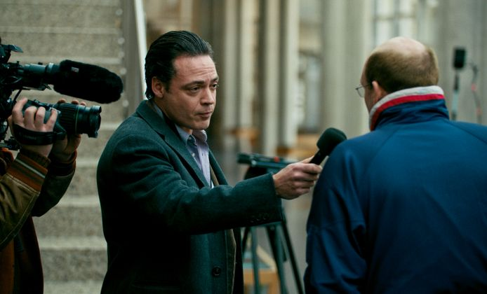 Bas Haan (gespeeld door Fedja van Huêt) interviewt Ernest Louwes (Mark Kraan) in de film de Veroordeling.
