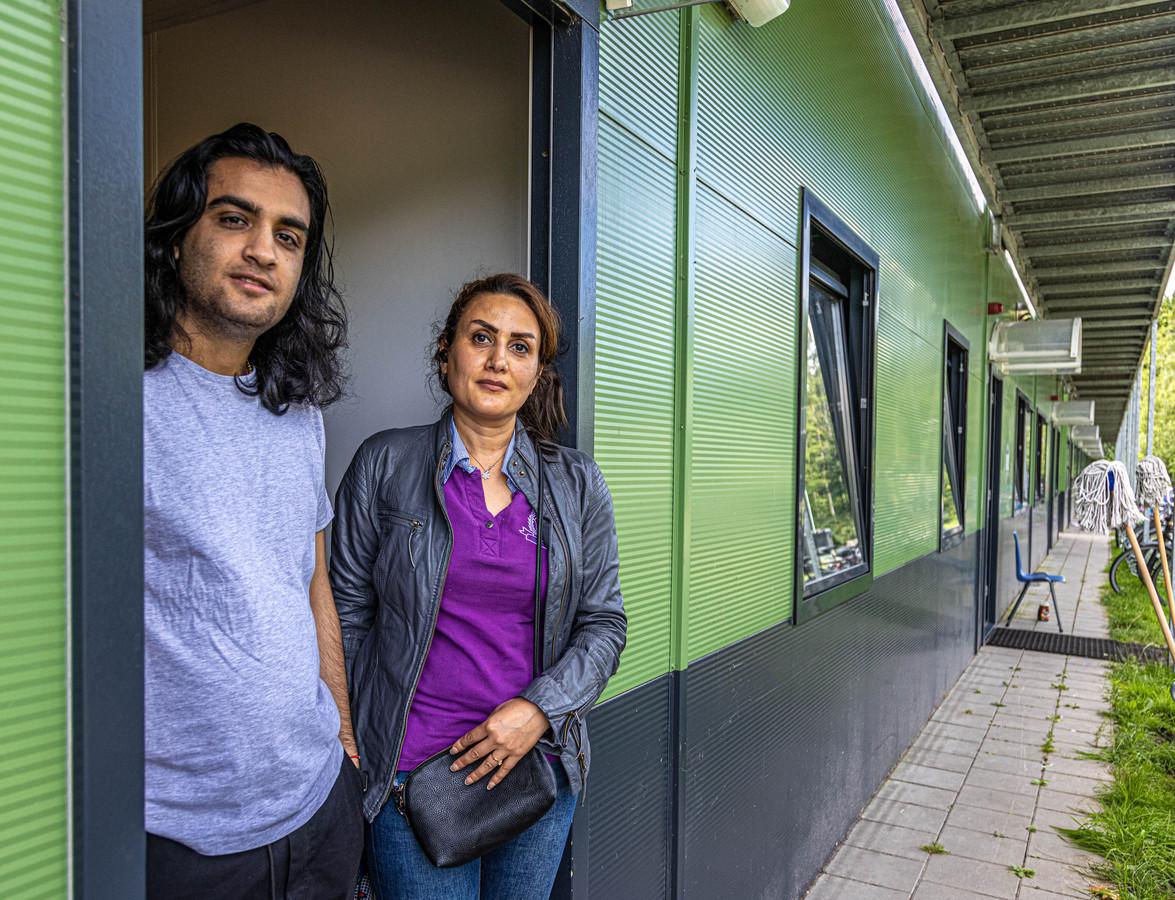 Arjan Hosseini (21) in de deuropening van zijn afdeling op het AZC Harderwijk waar hij sinds drie maanden met zijn moeder Atena woont.