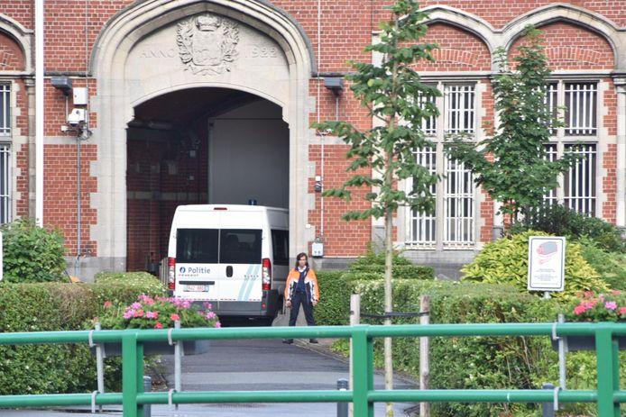 Bij een bezoek aan de gevangenis van Oudenaarde liep de ex-gedetineerde tegen de lamp.