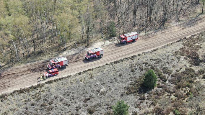 De brandweer rukte met meerdere voertuigen uit om de brand te bestrijden.