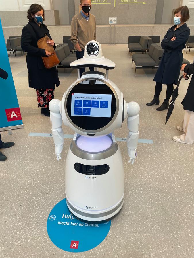 Robot Charlie wijst je de weg in het nieuwe districtshuis.