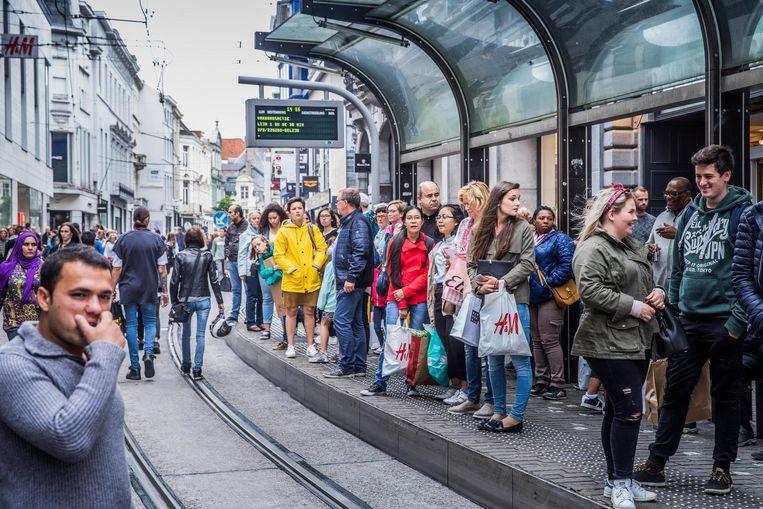 Tijdens de eerste dag van de solden was het heel druk in de Veldstraat. Aan de tramhalte stond het vol met mensen die naar huis hoopten te geraken.