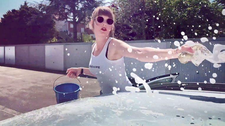 Isolde Lasoen in de video van 'Housewife' van The Great Belgian Songbook, het project van trompettist Jo Hermans. Beeld RV