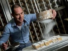 Corné bakt het Edenaartje, een lokale lekkernij voor bij de koffie