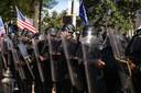 De president van de Verenigde Staten houdt vol dat hij de verkiezingen heeft gewonnen. Het land is verdeeld. De mobiele eenheid van de politie van Atlanta moet hier voor- en tegenstanders van Donald Trump uit elkaar houden.