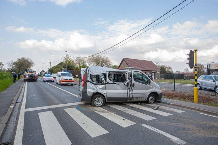 De minibus kwam dwars over de steenweg te staan.