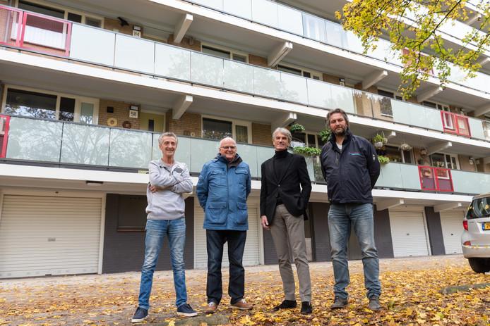 Arie van Rossum (l), Cor de Koning, Jan van den Berg en Erik Niesing voor de vernieuwde flat.