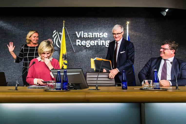 Ministers Liesbeth Homans, Hilde Crevits en Bart Tommelein, en minister-president Geert Bourgeois bij de voorstelling van het onderwijsakkoord vorige week. Beeld ID/ Sander de Wilde