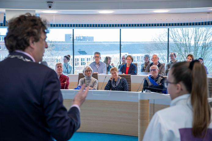 Burgemeester René Verhulst spreekt nieuwe inwoners van Ede toe.