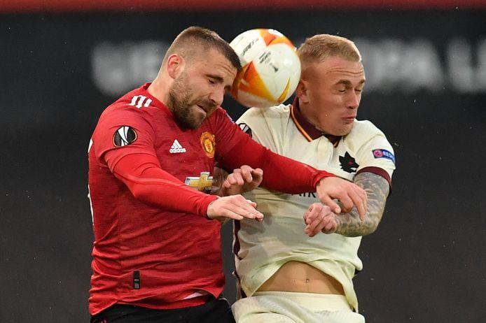 Rick Karsdorp (r) in duel met Luke Shaw van Manchester United.