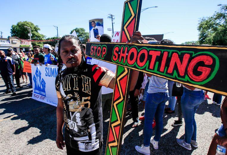 Een man betoogt tegen geweld in Chicago in 2018. 'Tien procent van de schietpartijen is verantwoordelijk voor  80 procent van de daaropvolgende incidenten, wat superverspreiding is', zegt Adam Kucharski.  Beeld EPA