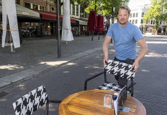 """Joris Eleveld, voorzitter van Vereniging Horeca Stad Enschede en cafébaas van Novi in betere tijden. """"We ruimen alles op wat nog buiten staat."""""""