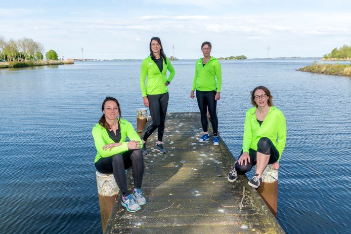 Vier dames gaan de oceaan bevaren (vlnr: Anique, Brenda, Jolande, Pauline)