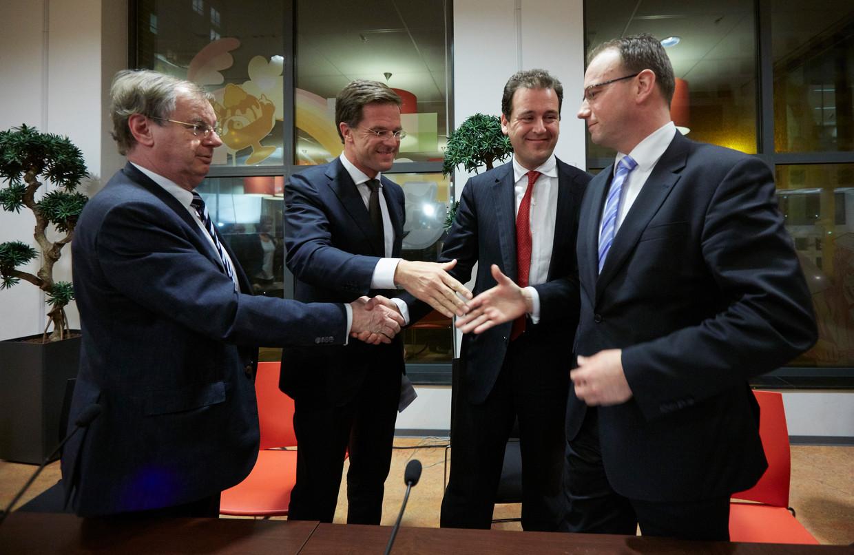 In 2013 schudden VNO-NCW-voorman Bernard Wientjes, premier Mark Rutte, minister Lodewijk Asscher en FNV-voorzitter Ton Heerts elkaar de hand voor aanvang van de presentatie van het sociaal akkoord.