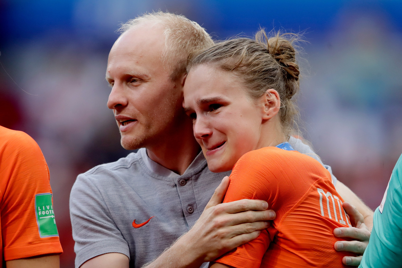 Arjan Veurink troost Vivianne Miedema na de verloren WK-finale van 2019.