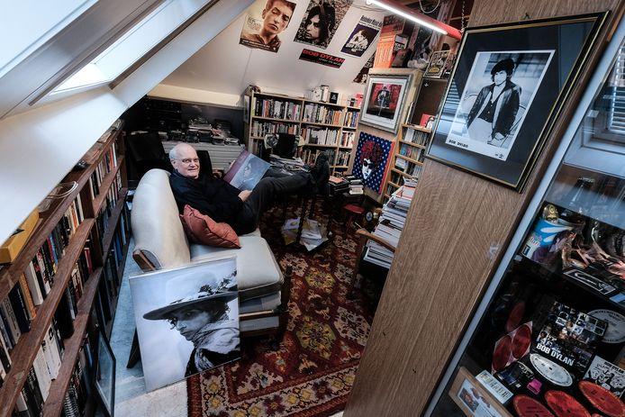 Arie de Reus in zijn kamer vol Dylan-parafernalia.