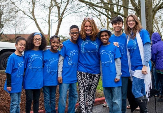 Sarah en Jennifer Hart met hun zes kinderen.