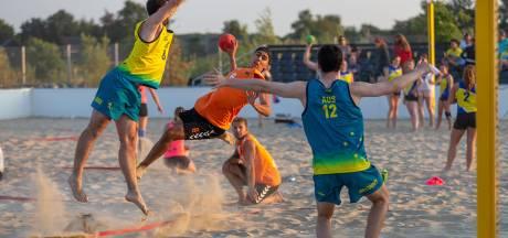 Beachhandbal brengt leven op warme Markt Oosterhout
