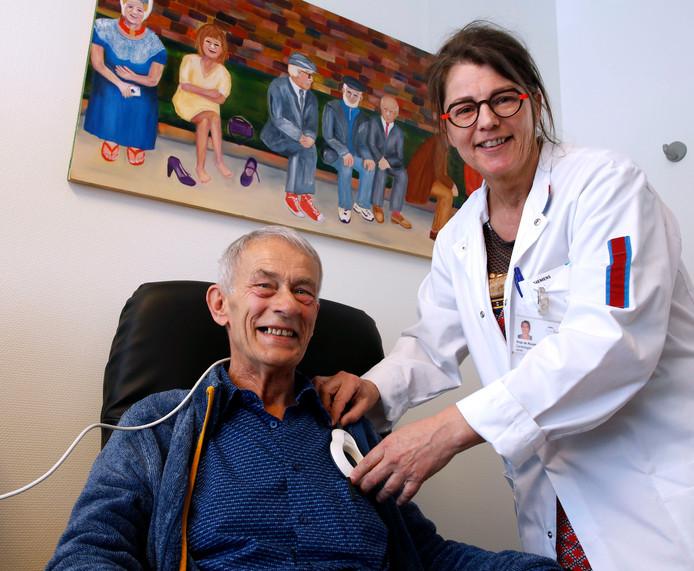 Cardiologisch technicus Anja de Ronde controleert de ICD bij Lex van Asperen.