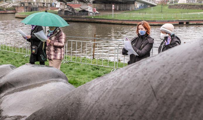 De betoging was aan de sculptuur Moeder Aarde II, een blote en half in de aarde verzonken vrouw in het Albertpark.