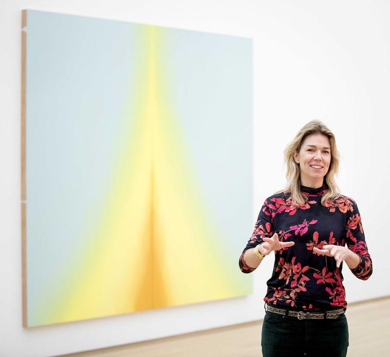 Directeur Suzanne Swarts bij een werk van Esther Tielemans. Beeld Koen van Weel / ANP