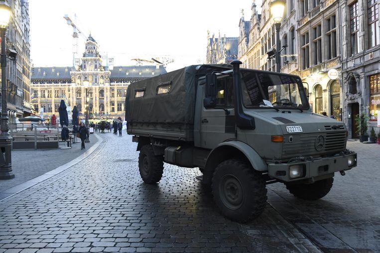 Gewapende militairen en legerwagens moet het veiligheidsgevoel aanwakkeren.