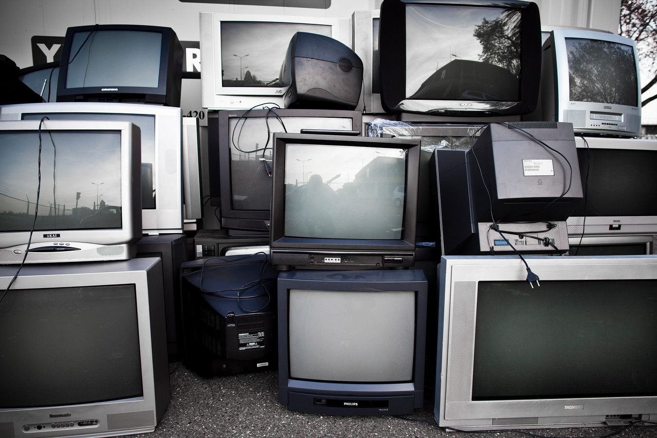 Terwijl platte tv's steeds meer in zwang raakten, probeerden elektronicafabrikanten waaronder Philips nog te verdienen aan beeldbuis-schermen. Diverse grote fabrikanten maakten prijsafspraken.