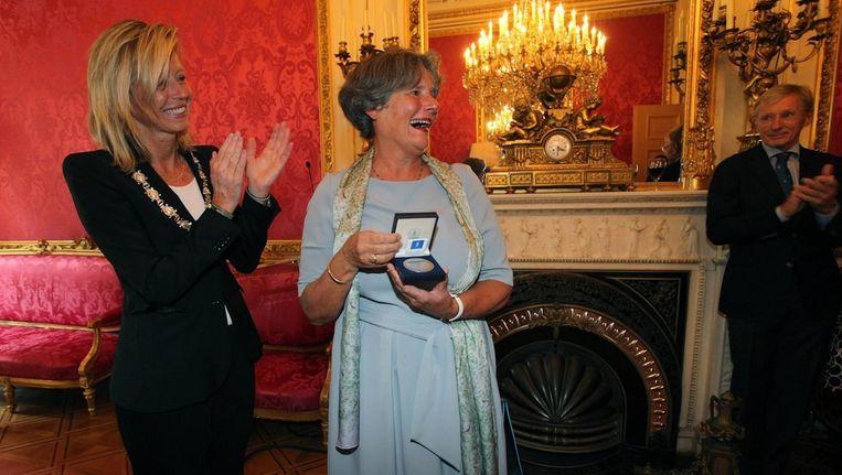Gunning kreeg de medaille vanwege haar 'grote bijdrage aan de Amsterdamse gezondheidszorg, kinderopvang en wetenschap.' Beeld Daniël Rommens