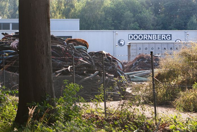 Doornberg Recycling is nu nog gevestigd op het voormalige Topwoodterrein aan de Scheggertdijk in Almen, maar had daar al weg moeten zijn.
