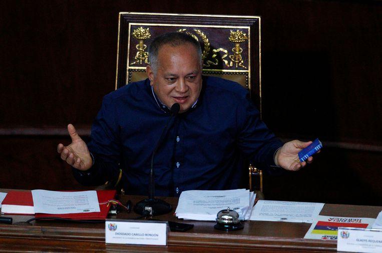 Diosdado Cabello houdt een miniatuurversie van de Venezolaanse grondwet in zijn hand. Beeld AP