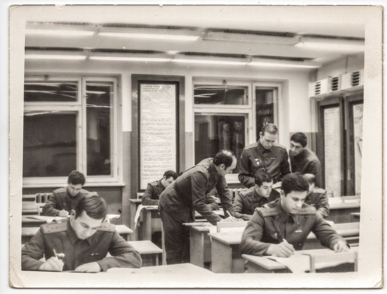 Sergej Skripal, linksonder, op de militaire academie in 1975. Beeld RV