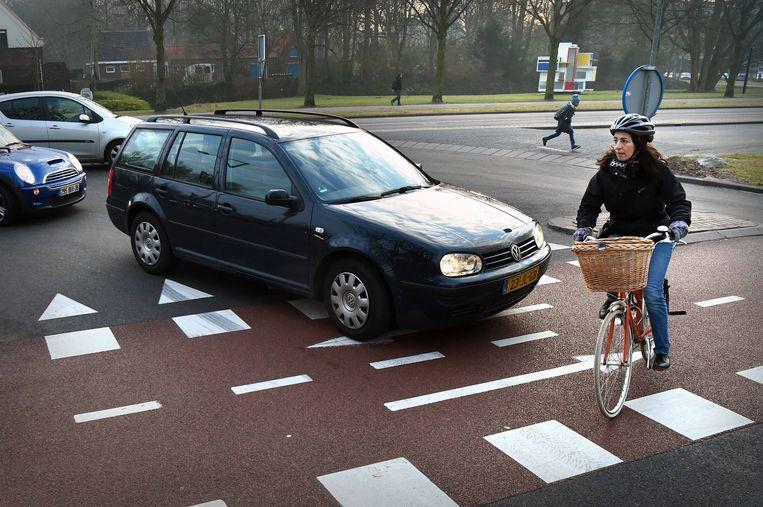 Een automobilist vergeet bijna voorrang te verlenen op een weg in Delft. Beeld Marcel van den Bergh / de Volkskrant