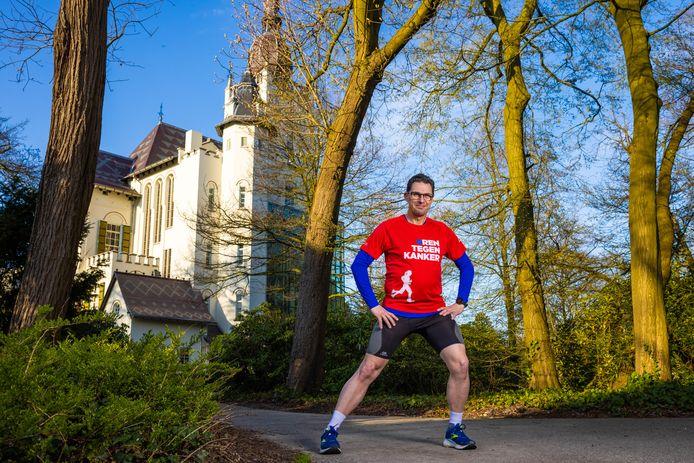 Marco Vugts doet een warming up voordat hij gaat trainen, op 11 april zal hij in zijn woonplaats Vught een marathon gaan lopen om zo geld in te zamelen voor KWF.