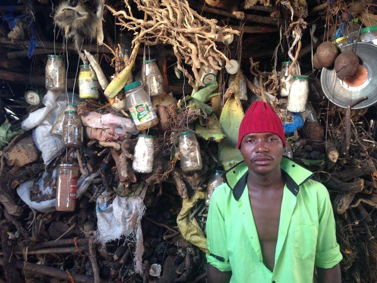 De illegale markt van Maputo, afdeling seks en geld. Poeders voor mannelijke potentie, pillen om rijk te worden en amuletten om mannen willoos te maken. Beeld Daan Bauwens