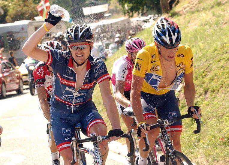 Knecht Landis (links), tijdens de Tour van 2004, samen met zijn kopman in het geel. Beeld epa