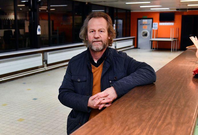 Voorzitter Willy Neefs in de lege kantine van Willebroekse SV. Dit seizoen zal ze ook niet meer vol lopen.