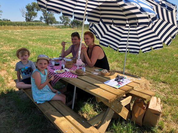 Een gezin geniet van een picknick op een veld van boerderij Vercammen in Koningshooikt.