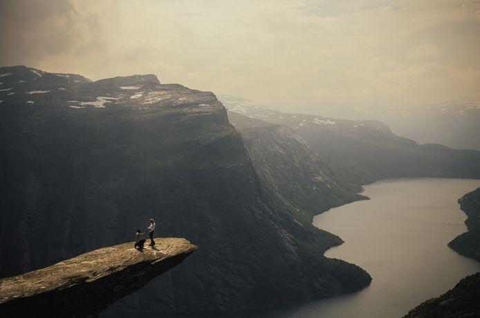 Harald en Hanna tijdens het aanzoek: eenzaam, gelukkig en hoog boven een fjord in Noorwegen.