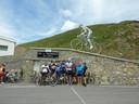 Wie de top van de Tourmalet bereikt, ziet een drie meter hoog beeld van wielrenner Octave Lapize