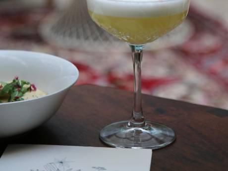 L'élégant salon cosy des esthètes du Negroni et de l'Espresso Martini