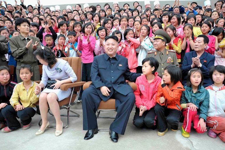 Kim en zijn vrouw tijdens een bezoek aan een kinderkamp bij Mount Myohyang in 2013. Beeld reuters
