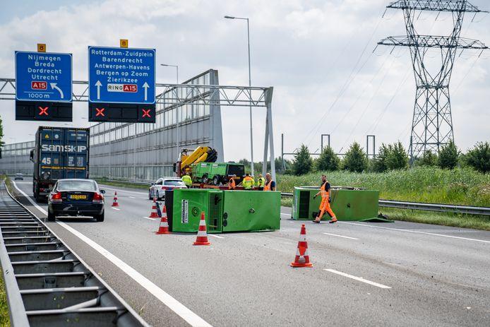 Een vrachtwagen is donderdag twee noodaggregaten verloren op de A15 tussen Rotterdam-Charlois en Zuidplein.