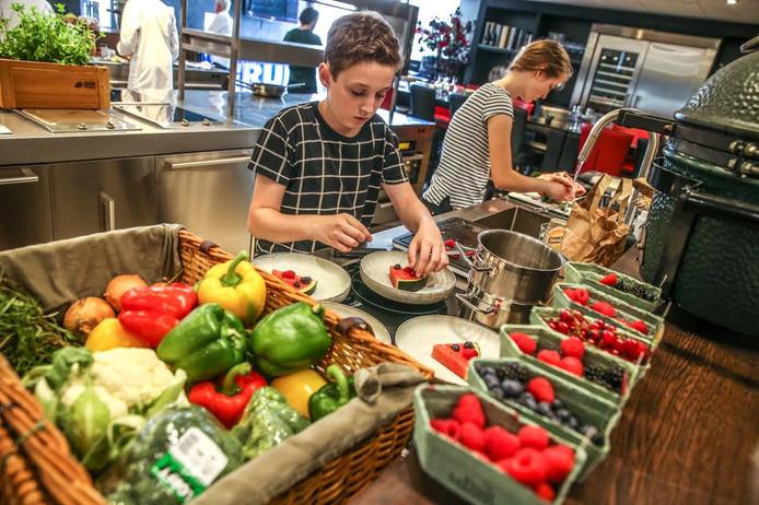 Rosanne Uitenbroek en Tim Waterman van het Van Kinsbergen college in Elburg bereiden hun watermeloenpizza